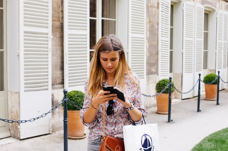 girl-texting-smartphone-mobile-technology-shopping