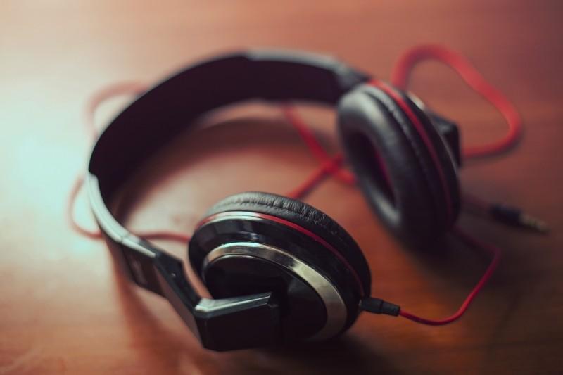 headphones-on-table